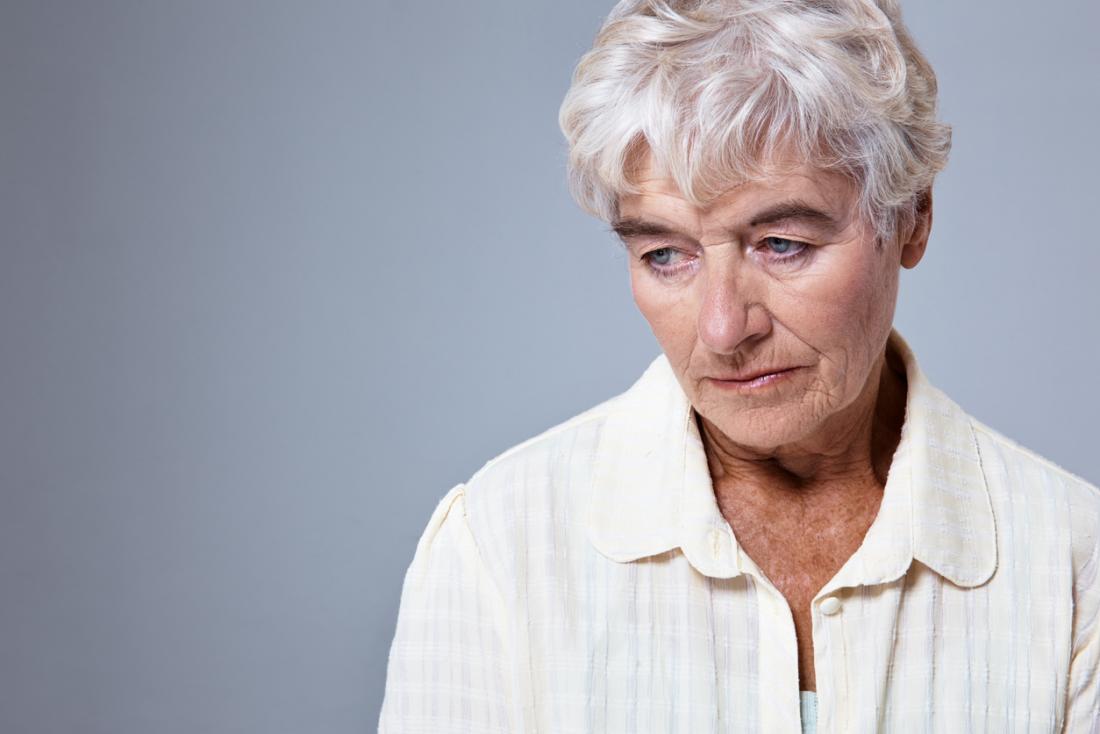 yaşlı kadın endişeli arıyor