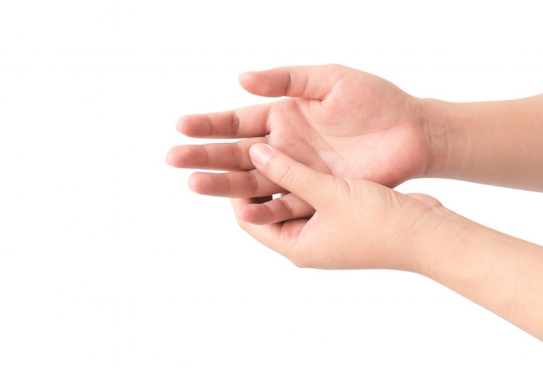 Personne avec des doigts coincés à cause d'une blessure qui leur tient la main.