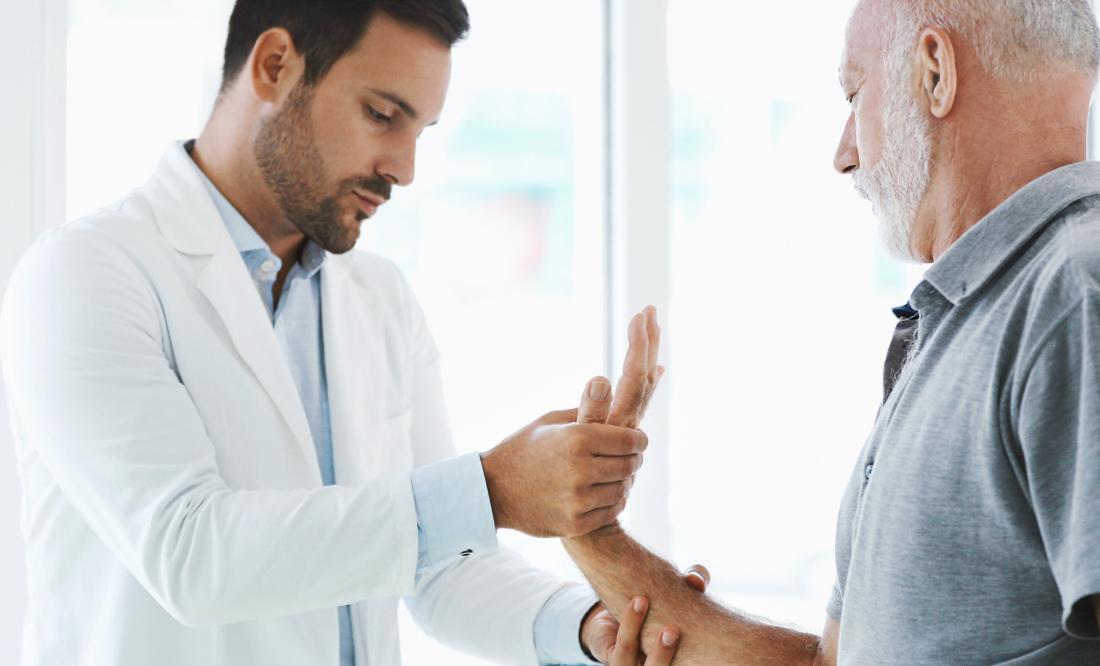 Docteur regardant les patients main, paume et poignet.