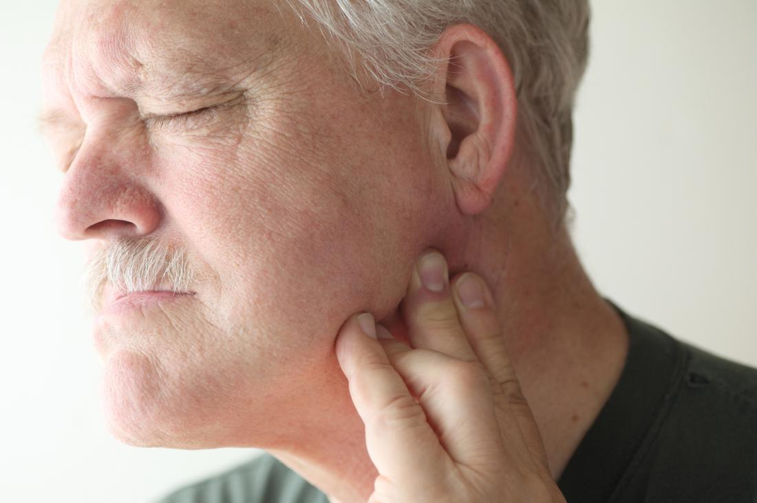 Uomo con dolorosa articolazione temporomandibolare