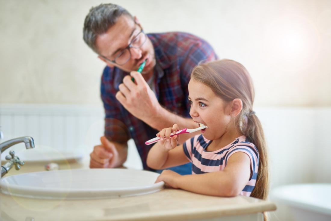 Vater und Tochter Zähne putzen
