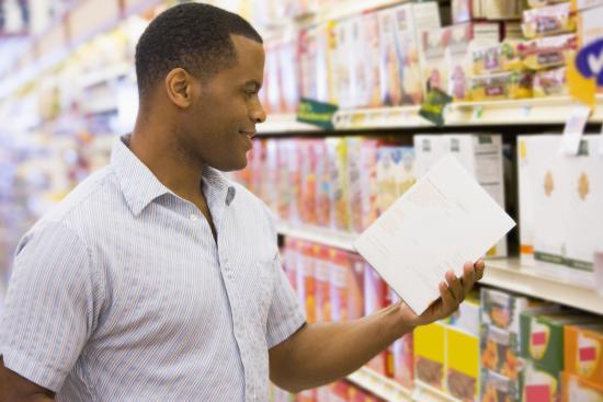mężczyzna czytający informacje żywieniowe w suprmarket