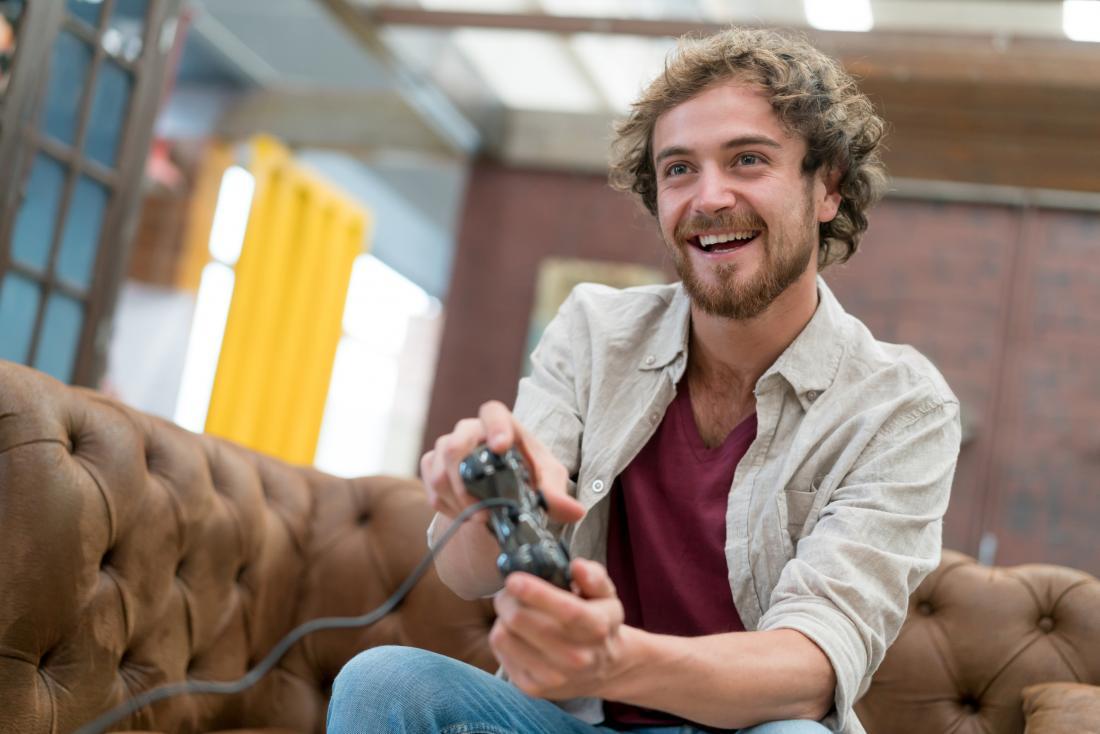 ein Mann, der ein Videospiel spielt
