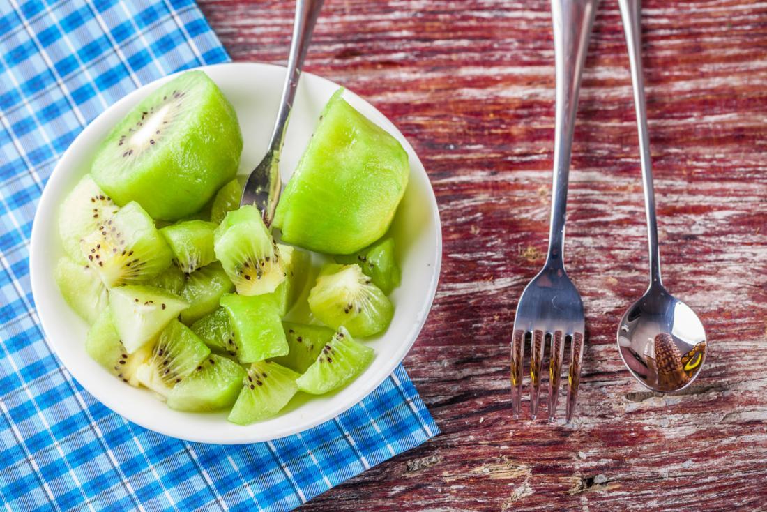 couper le kiwi dans un bol blanc