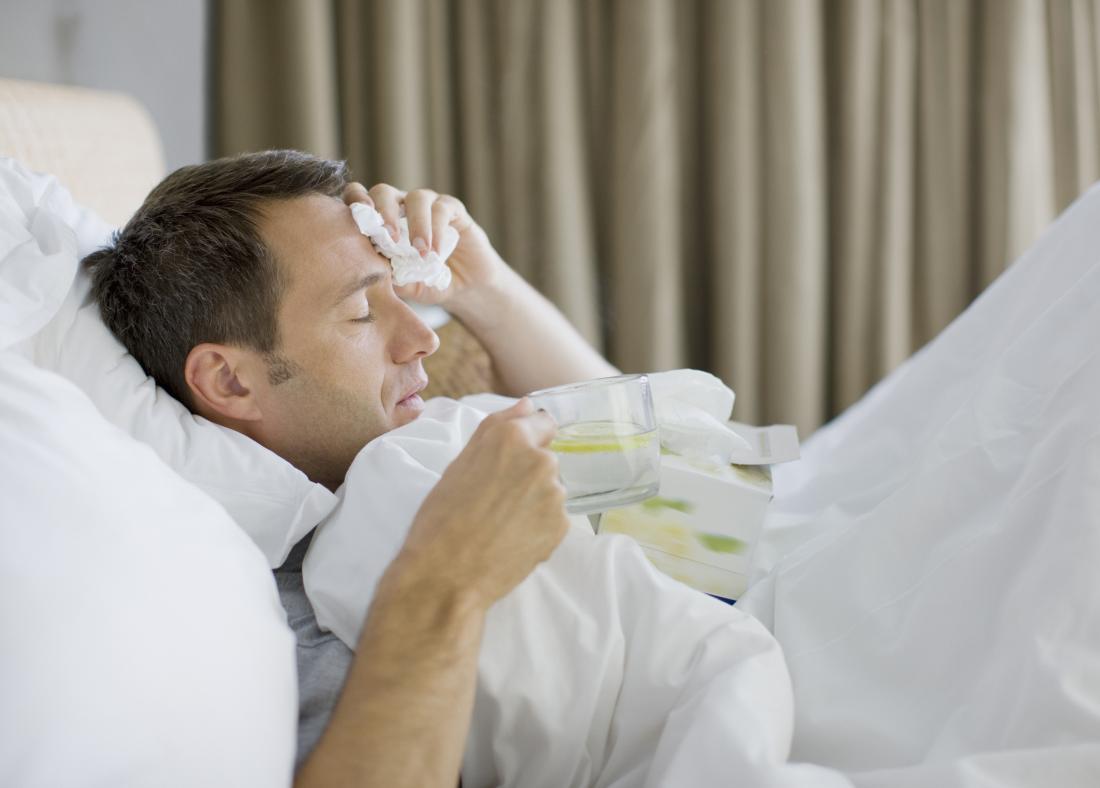 Homme atteint d'une infection à Klebsiella oxytoca au lit avec fièvre, frissons, toux.