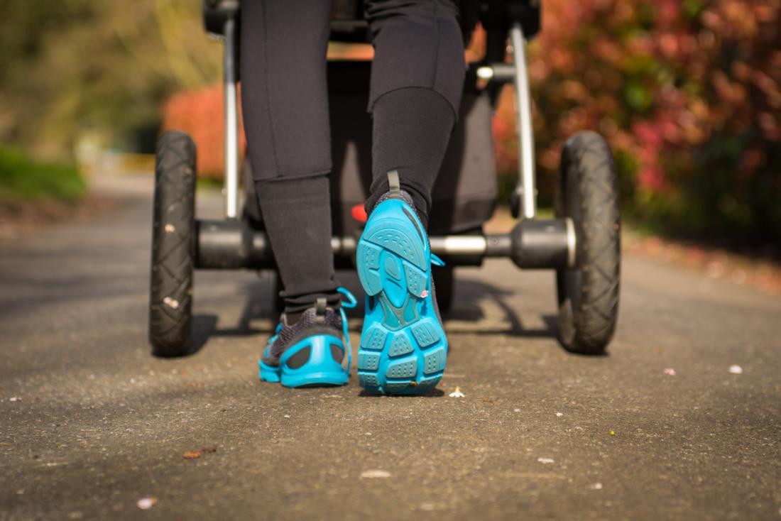 Frau mit Kinderwagen spazieren
