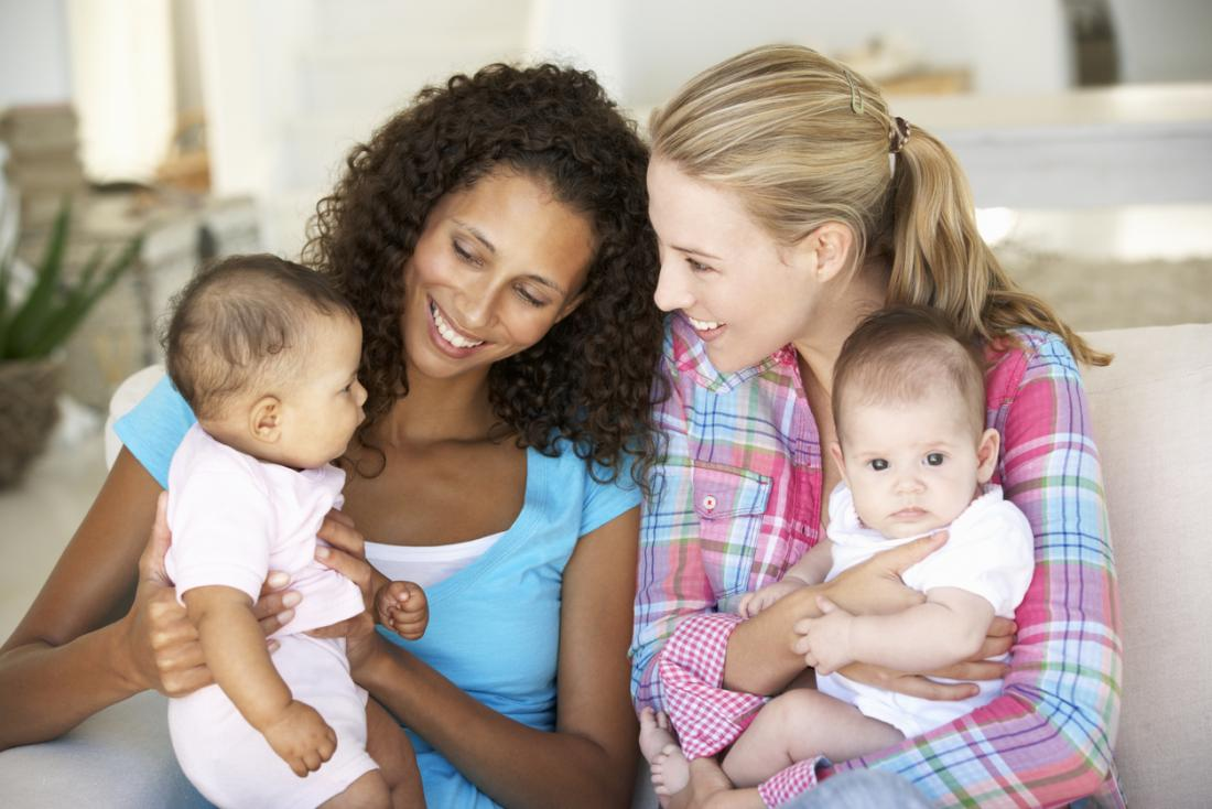 2人の女性が赤ちゃんを抱えています