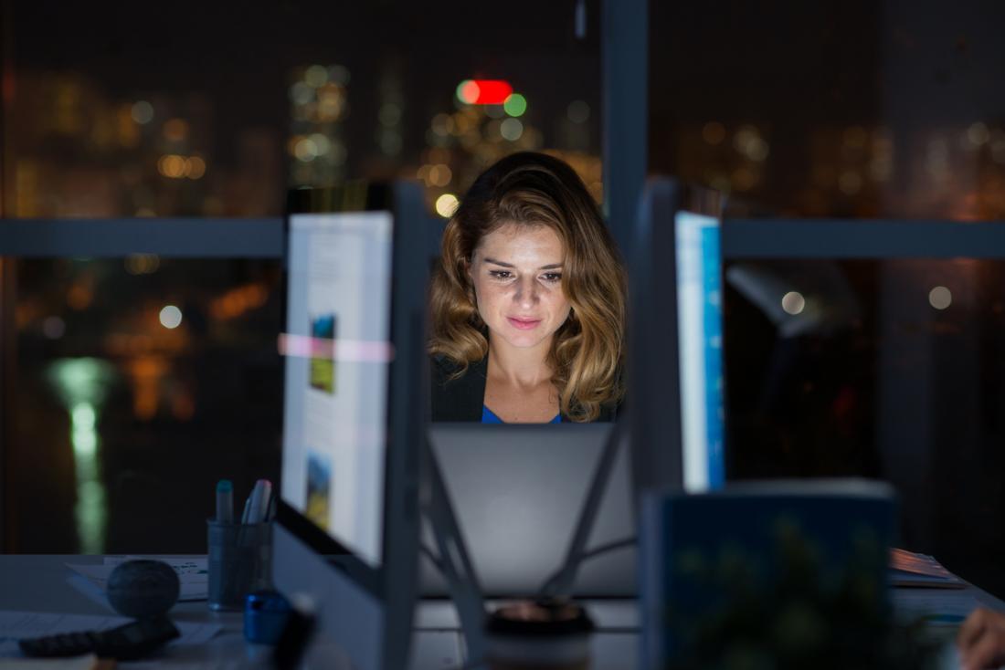 femme travaillant à son ordinateur de nuit