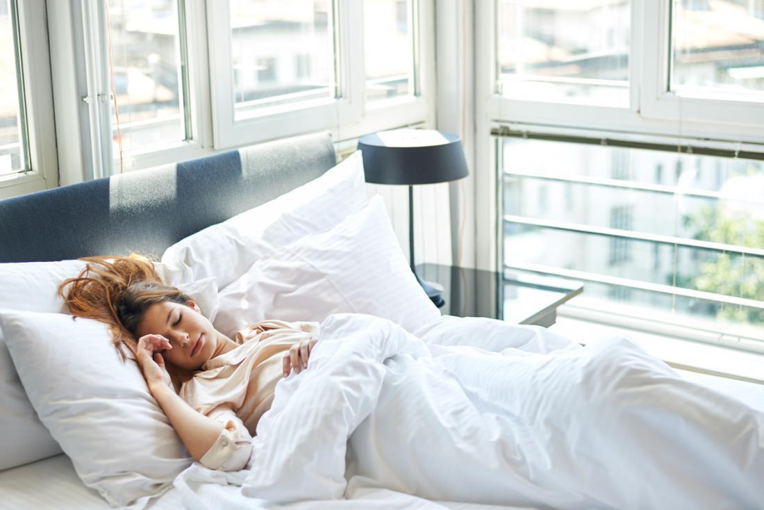 femme allongée dans son lit pendant la journée