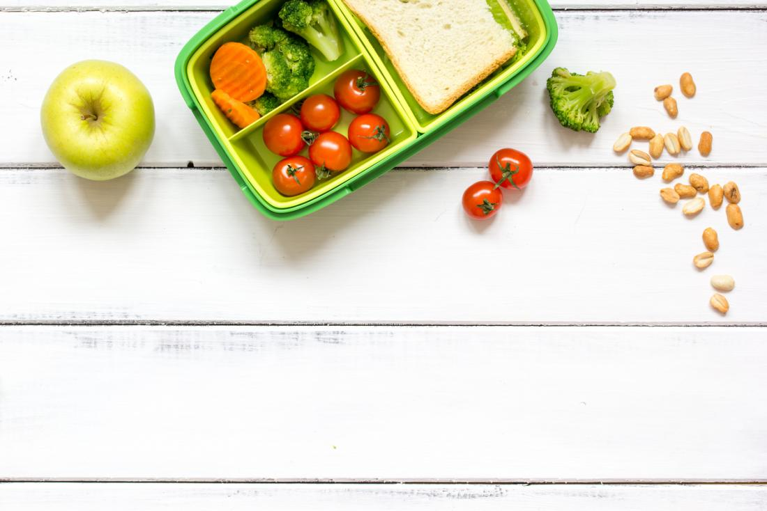 boîte à lunch remplie d'aliments sains