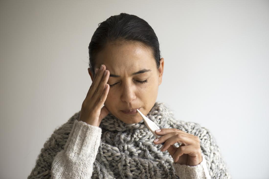 Frau, die das Fieber hält ihren Kopf erfährt