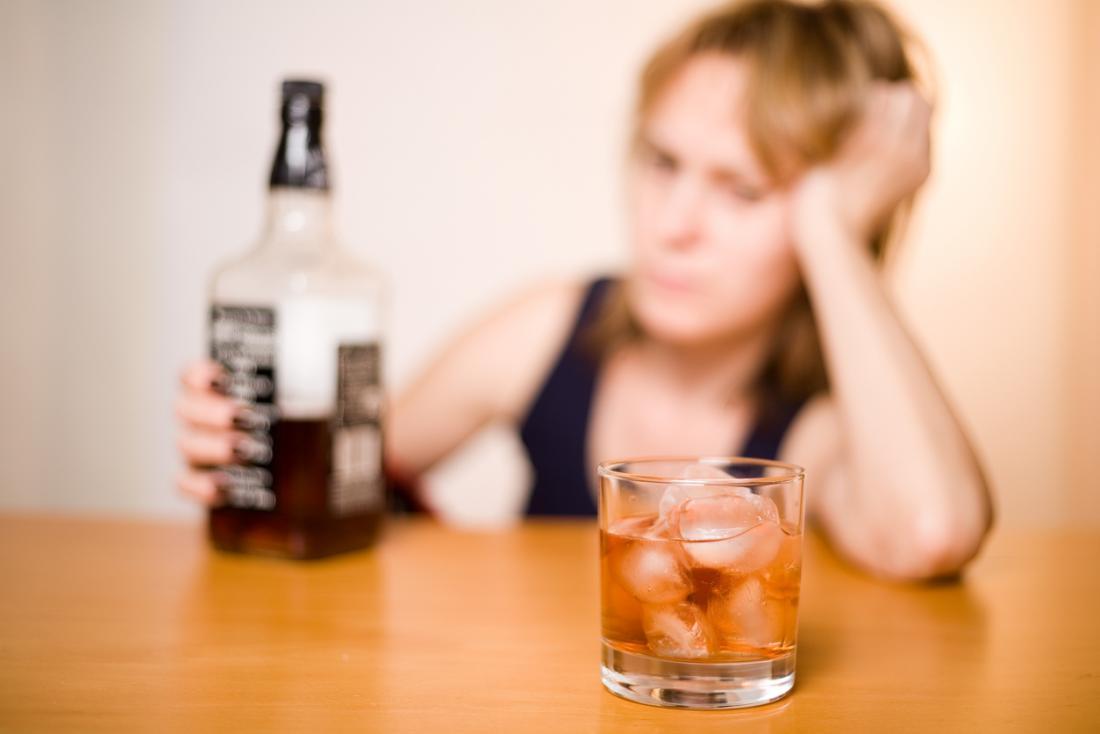 [donna triste per aver bevuto Jack Daniel]
