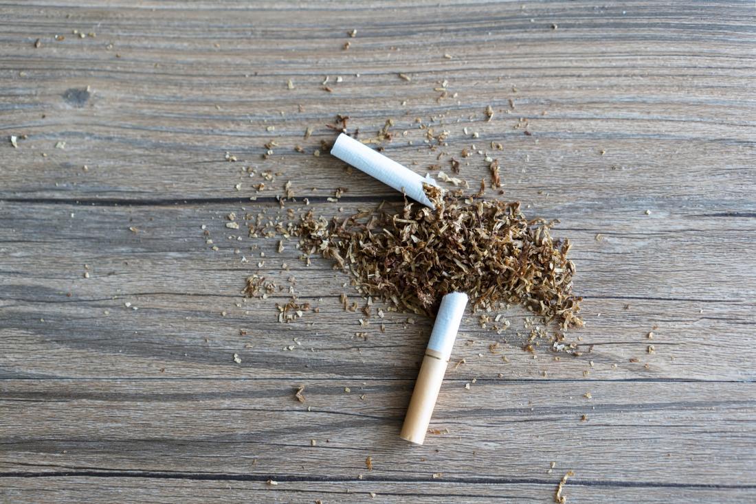 Smettere di fumare rappresentata dalla sigaretta rotta sul tavolo.