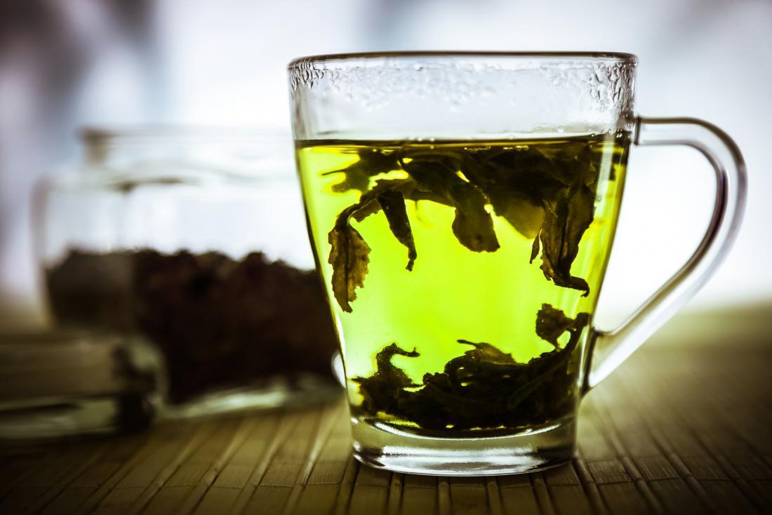 tasse à thé avec des feuilles