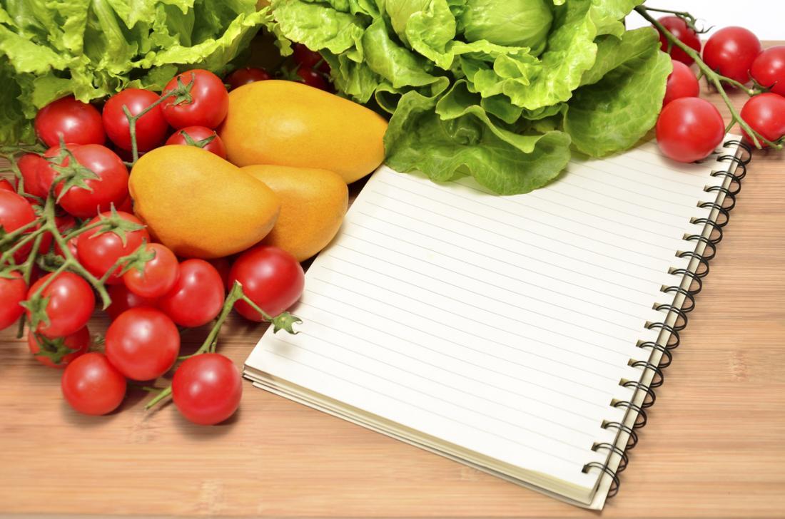meyve ve sebze ile bir masada diyet planı