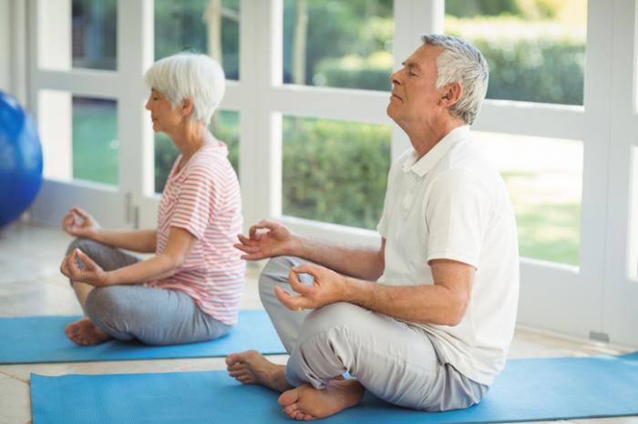 Les personnes âgées faisant la méditation