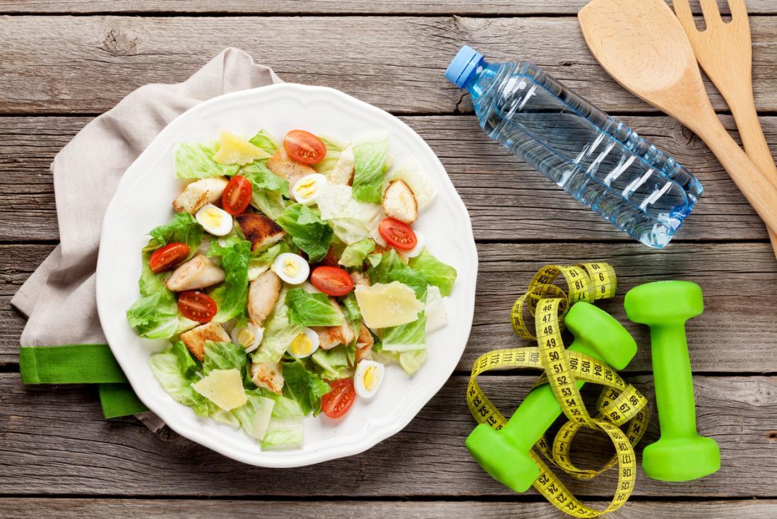 nourriture saine, eau et haltères