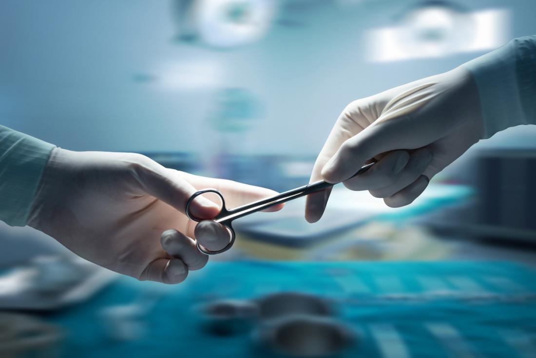 bác sĩ phẫu thuật đi kéo đến một bác sĩ phẫu thuật khác