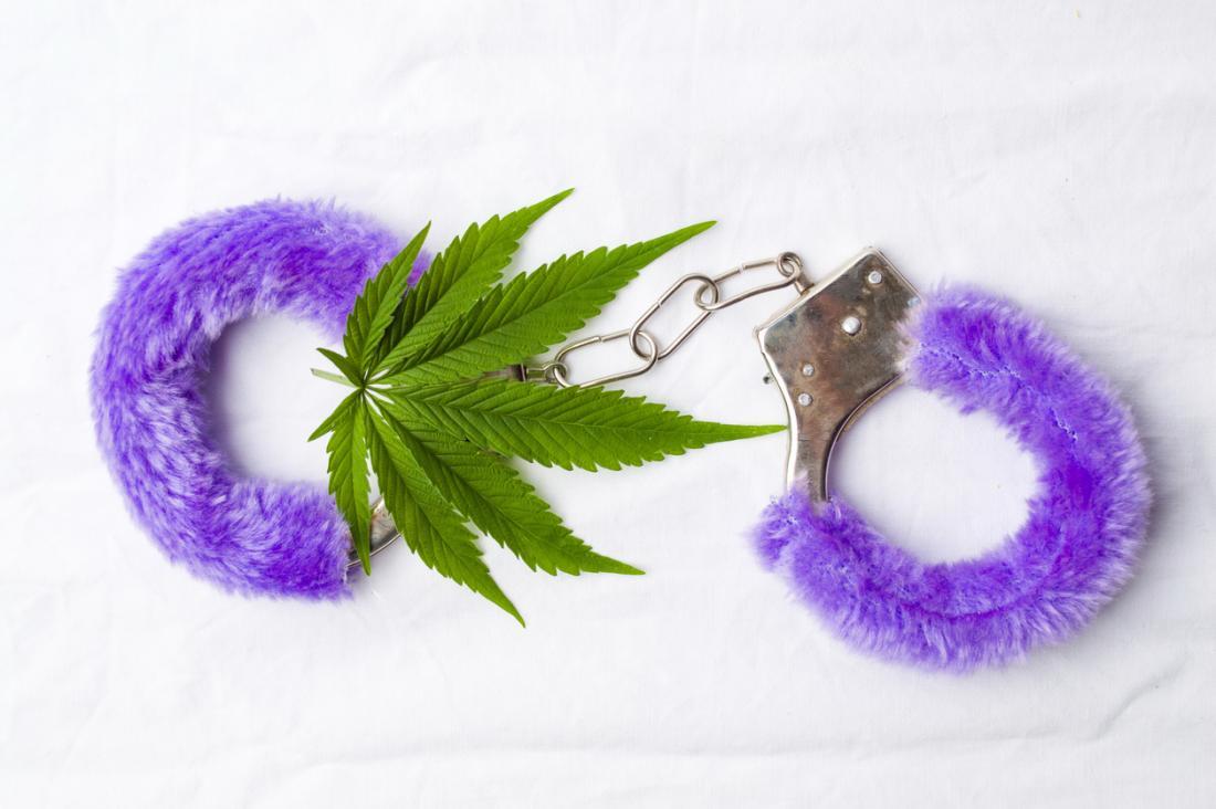 Una foglia di marijuana e manette pelose