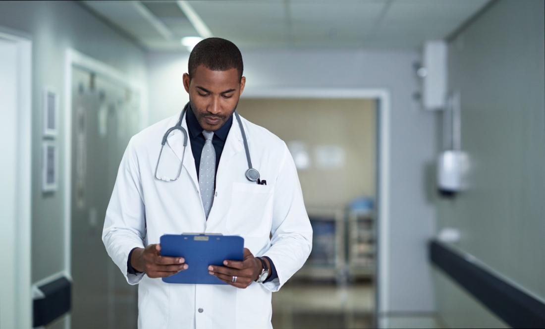 Doktor, der Anmerkungen überprüft