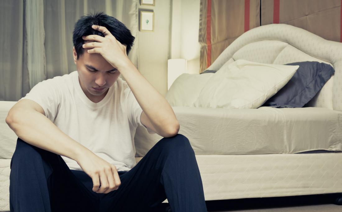 Homme asiatique souffrant d'insomnie