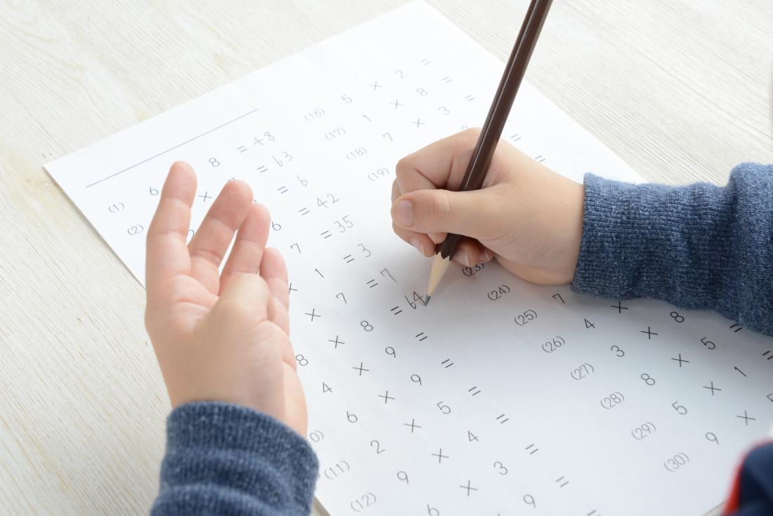 Çocuk okul işi yapıyor
