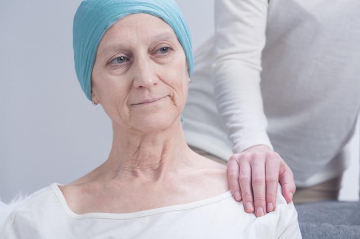 [Femme atteinte du cancer étant réconfortée]