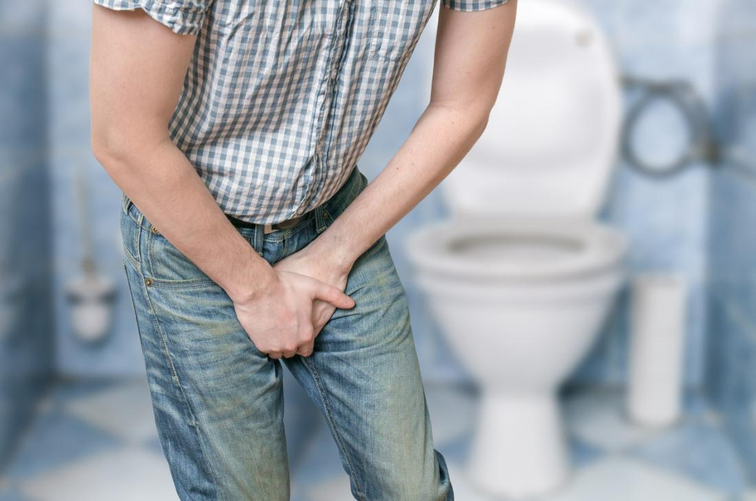 前立腺の問題のために痛い排尿を経験している男性。