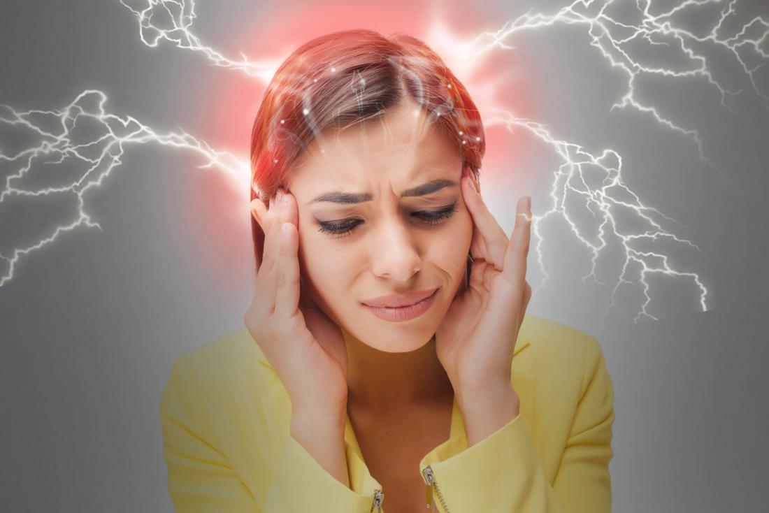 Femme éprouvant la migraine