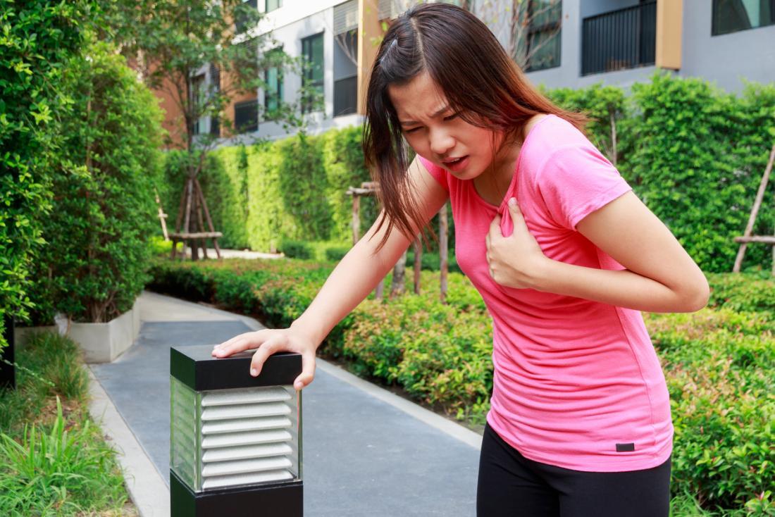 Jeune femme ayant des douleurs à la poitrine.