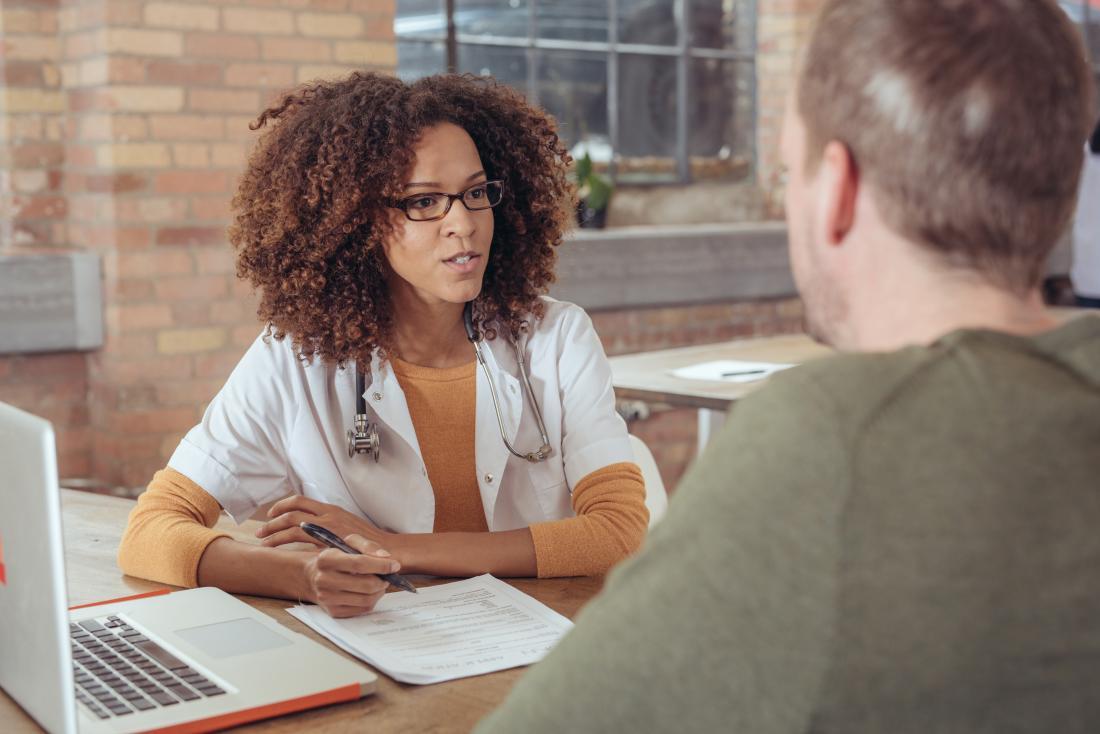 Bác sĩ tư vấn với bệnh nhân trong văn phòng hiện đại.