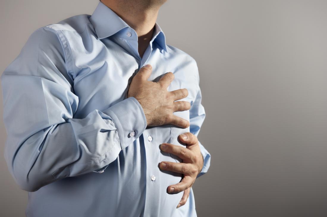 Homem com esclerose múltipla, abraçando o peito em dor.