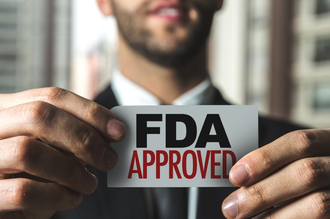 homme tenant un timbre approuvé par la FDA