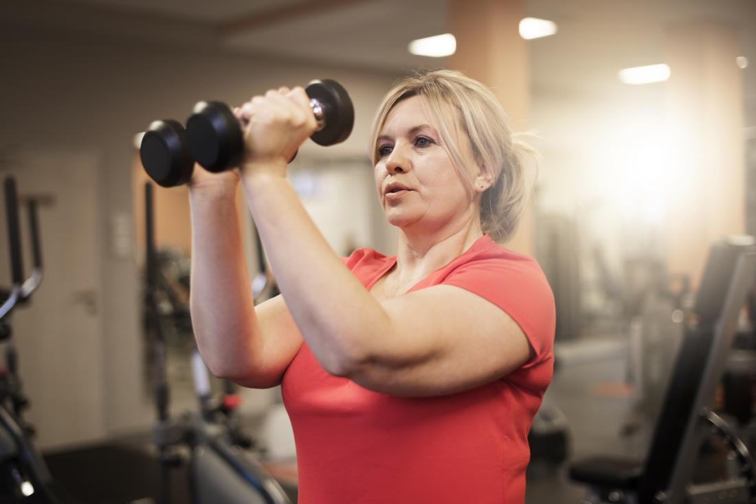 femme de formation avec des poids