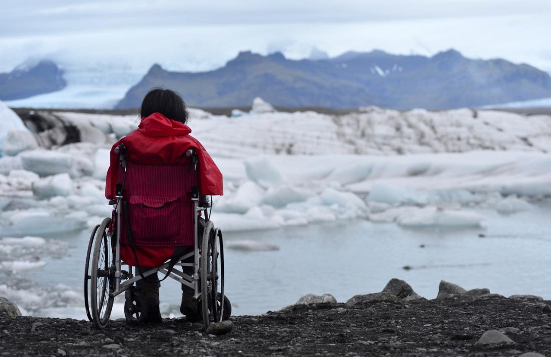 kobieta na wózku inwalidzkim, wpatrując się w lód