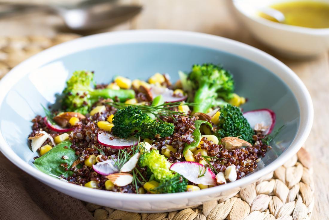 Salad bông cải xanh trong bát với quinoa và củ cải và bắp cải.