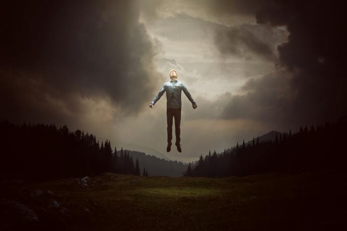 [死に至る経験のある男、天国に浮かぶ]