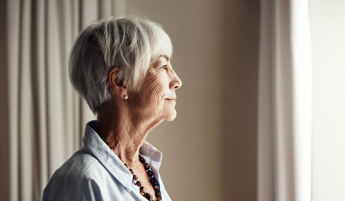 ältere Frau, die hoffnungsvoll schaut