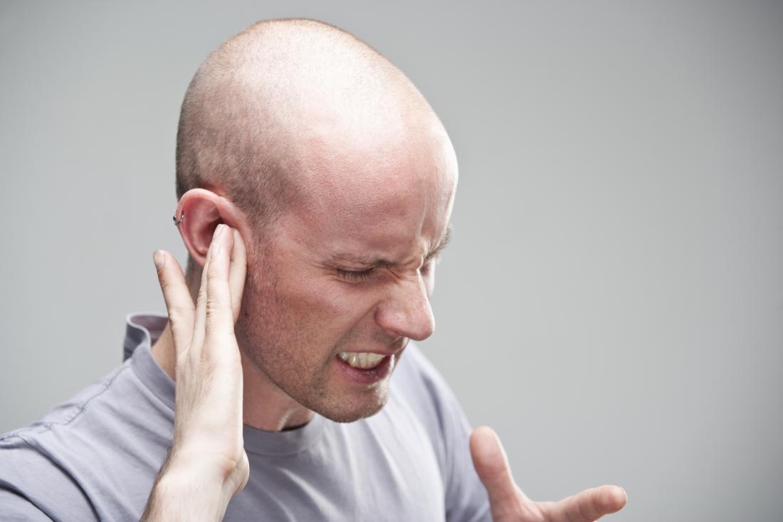uomo con un mal d'orecchi