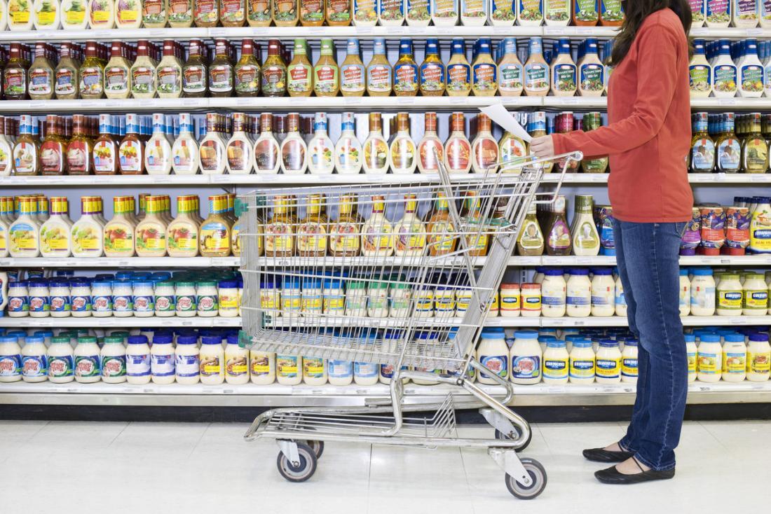 scaffali di alimenti confezionati in un negozio di alimentari