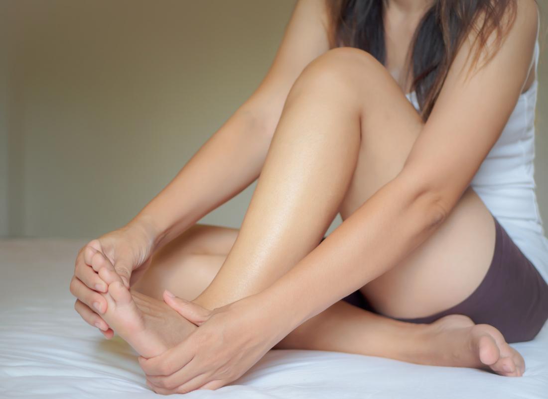 fille avec un pied douloureux