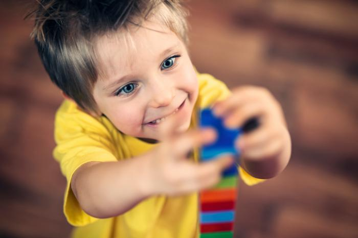 [bambino che gioca con i lego]