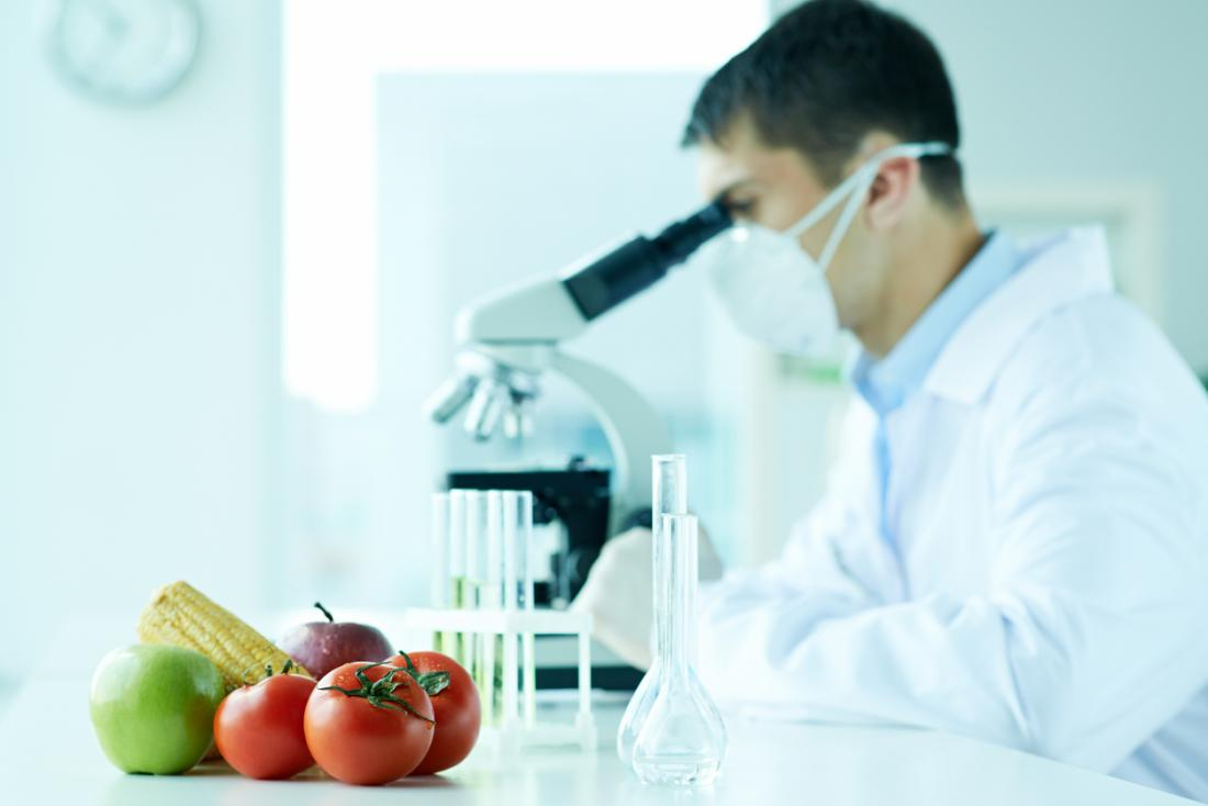 Nhà khoa học thực phẩm nghiên cứu với kính hiển vi