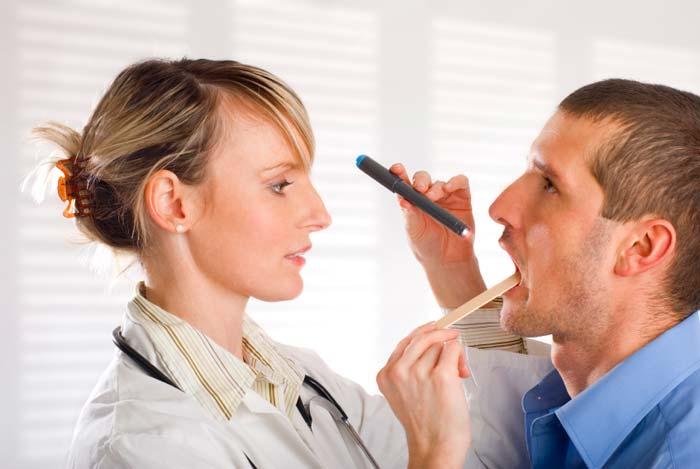 Bác sĩ kiểm tra cổ họng bệnh nhân