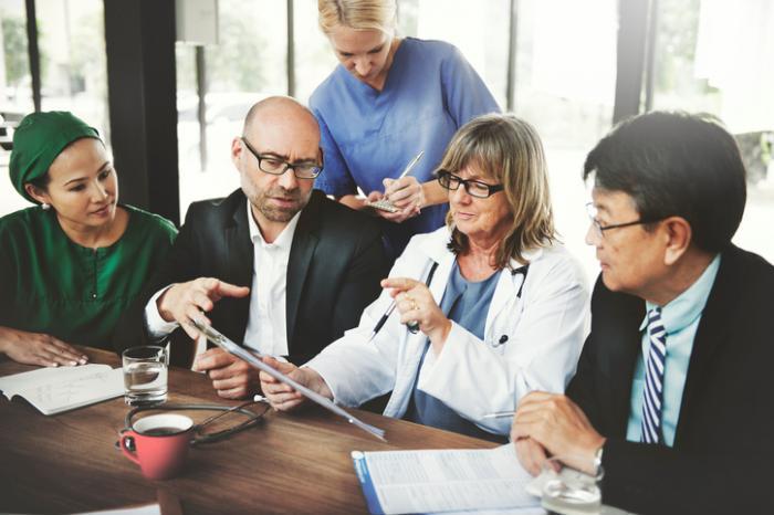 Хирурзи, лекари и медицински сестри