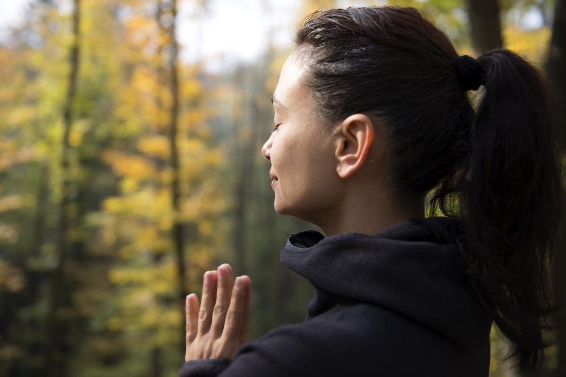 Respiração calma da mulher