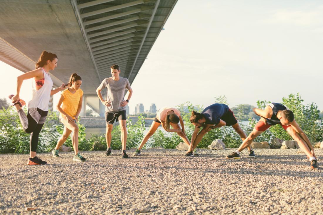 Grupa biegaczy rozgrzewających się