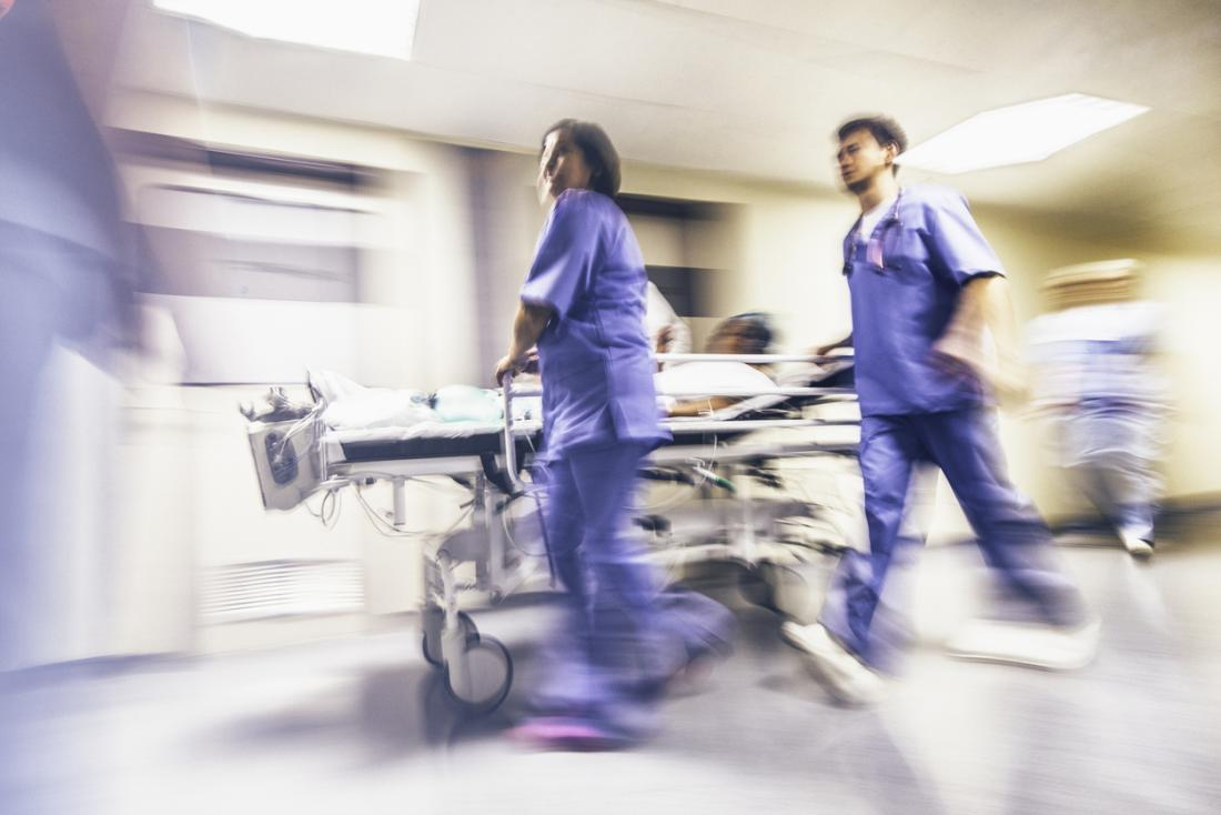 il paziente viene portato di corsa all'ospedale