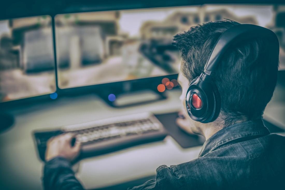 người đàn ông chơi trò chơi điện tử