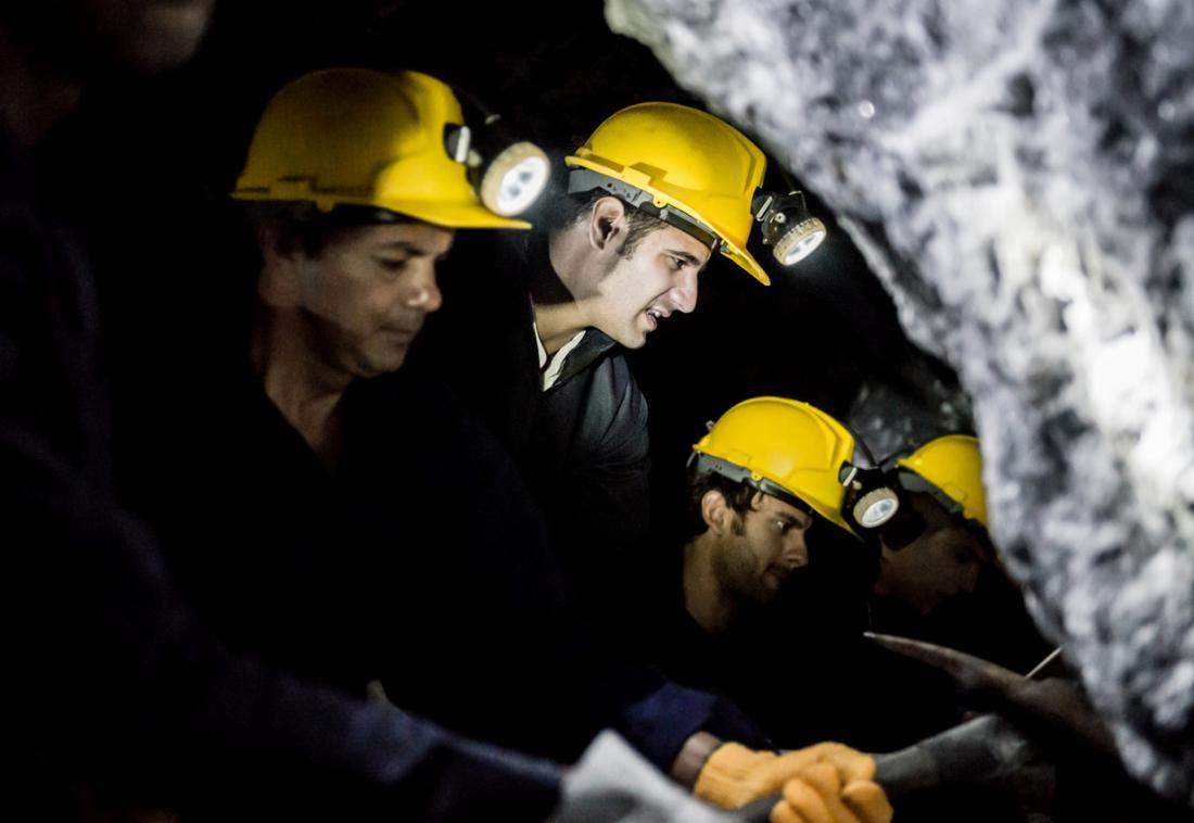 thợ mỏ đào một đường hầm